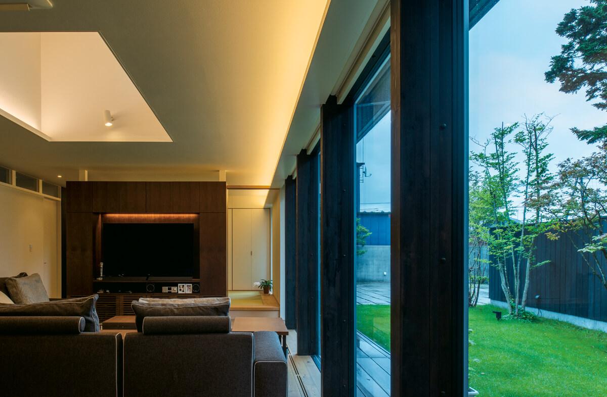 リビングの造作テレビ収納の背後は和室。天井には換気窓が設けられ、平屋でも換気がスムーズに行えるよう配慮。高さ感を演出する効果もある