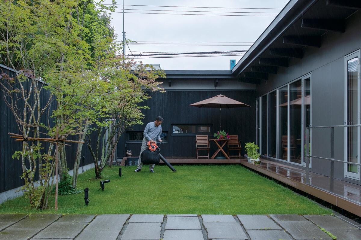 新居に住むようになって、庭の手入れもHさんの休日の仕事になった。「機能的なメンテナンスツールを探すのも楽しみ」とHさん