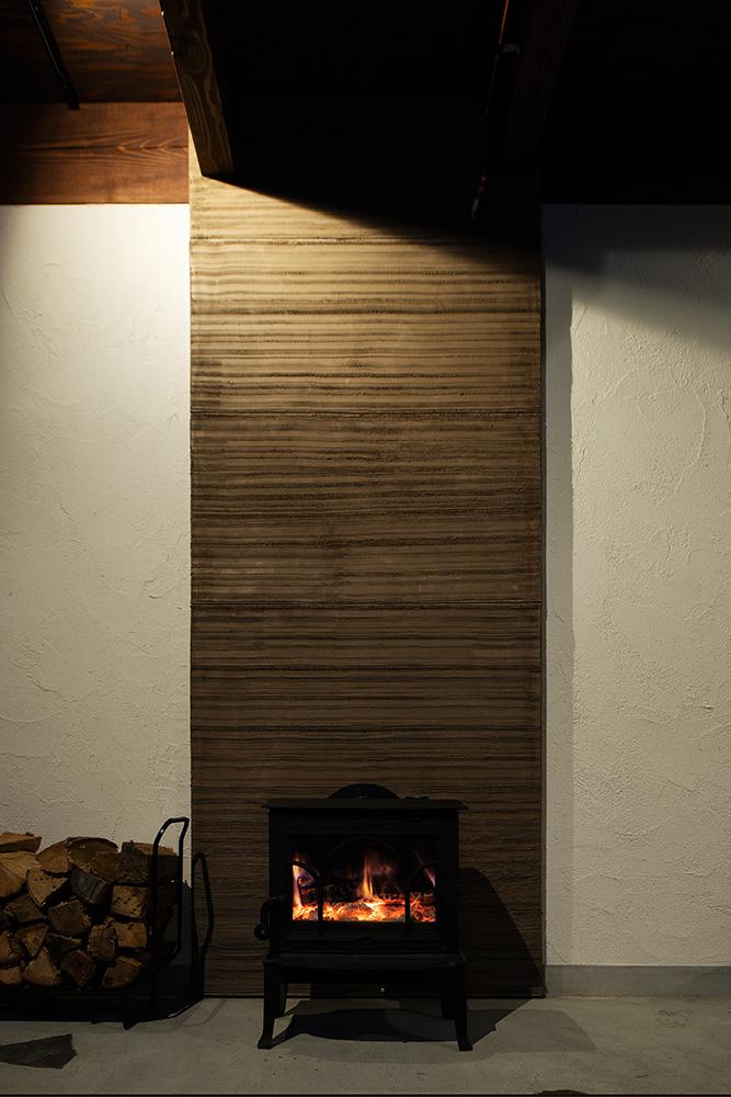 安心の備えとして導入を決めた薪ストーブ。熱効率を考えた設計で家中を温める