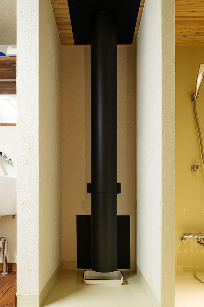 煙突からの放熱は、壁を隔てて隣のユーティリティや浴室、シャワー室を温めるのに有効利用