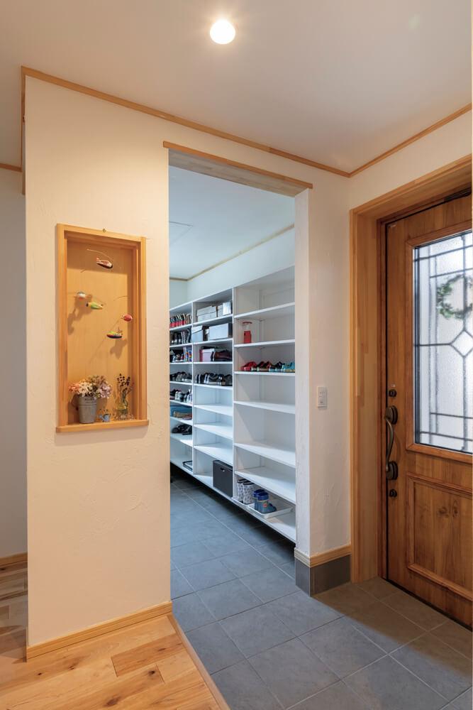 玄関の横には家族4人分の靴や荷物が収まる大容量のシューズクローク