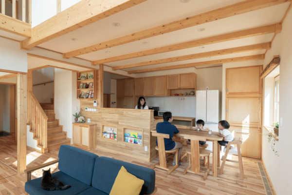 丁寧な造作が生きる 開放感のある吹き抜けでのびのびと暮らす家