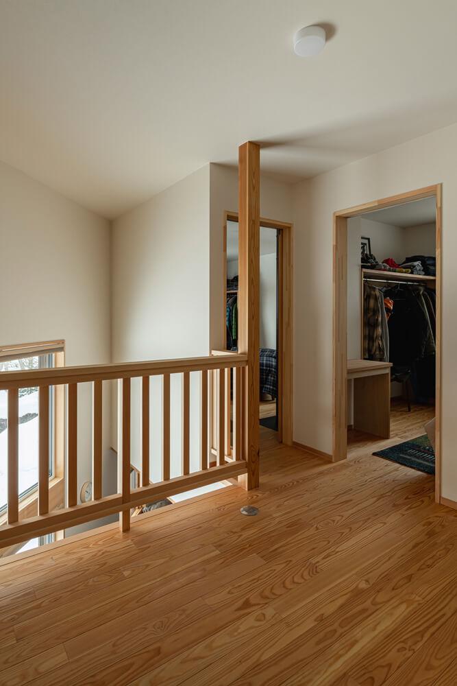 吹き抜けで1階LDKと2階の子ども室、主寝室がつながり、家族がどこにいても互いの声が届く