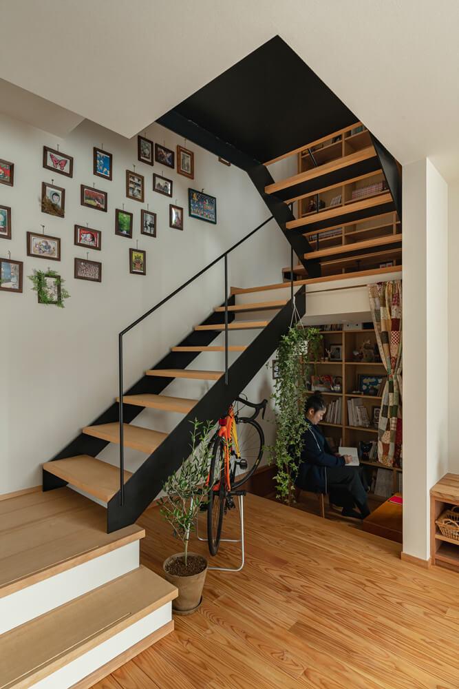 階段下は床高を下げ、手仕事が好きな奥さんの趣味スペースを設けた。公園を望む小さな開口も設けられている