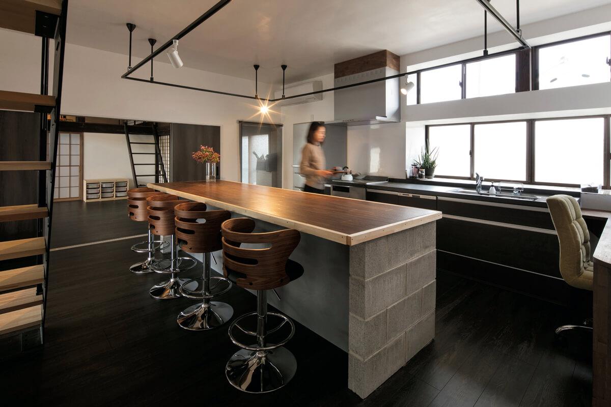 キッチン作業台は既存の状態と同じく窓に向けて設置。中央には木とコンクリートブロックを組み合わせて造作したカウンターがあり、明るく気持ちの良い家族の団らんの場所になった