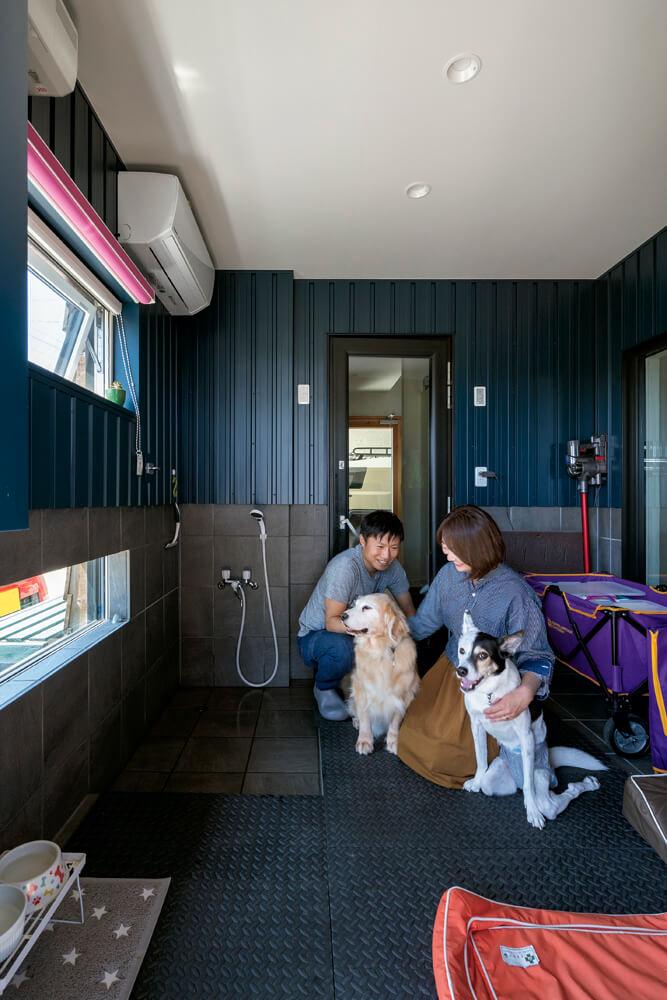 掃除のしやすさも考えられた4.5帖のシャワー付きドッグルーム。ご夫妻の不在時、2頭の犬はここで過ごす