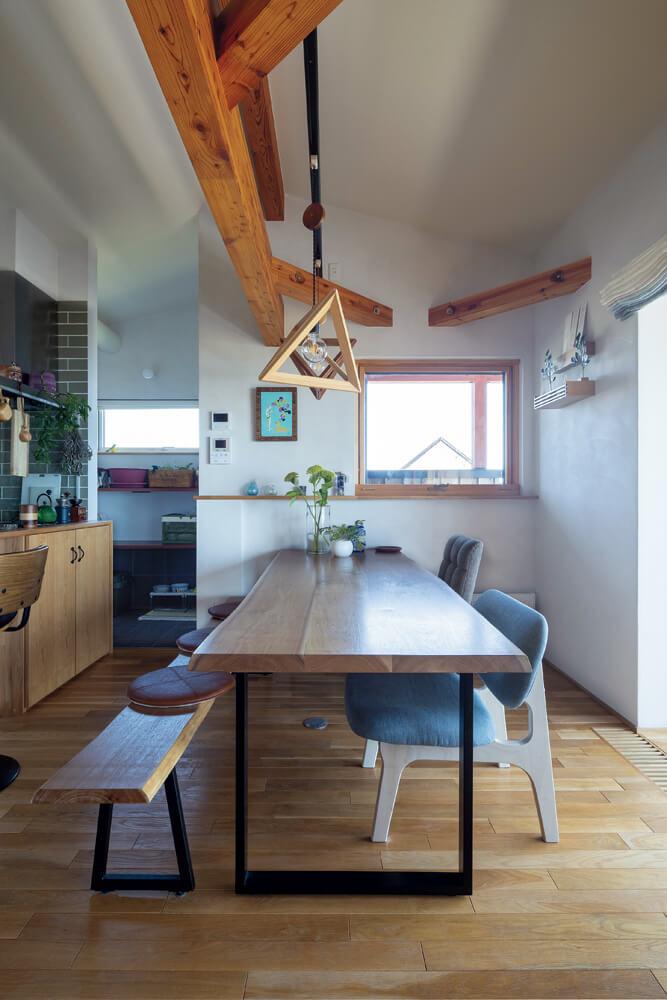 Yさんご夫妻が選んだクルミ材を使ってSUDOホームがつくったダイニングテーブルとベンチ