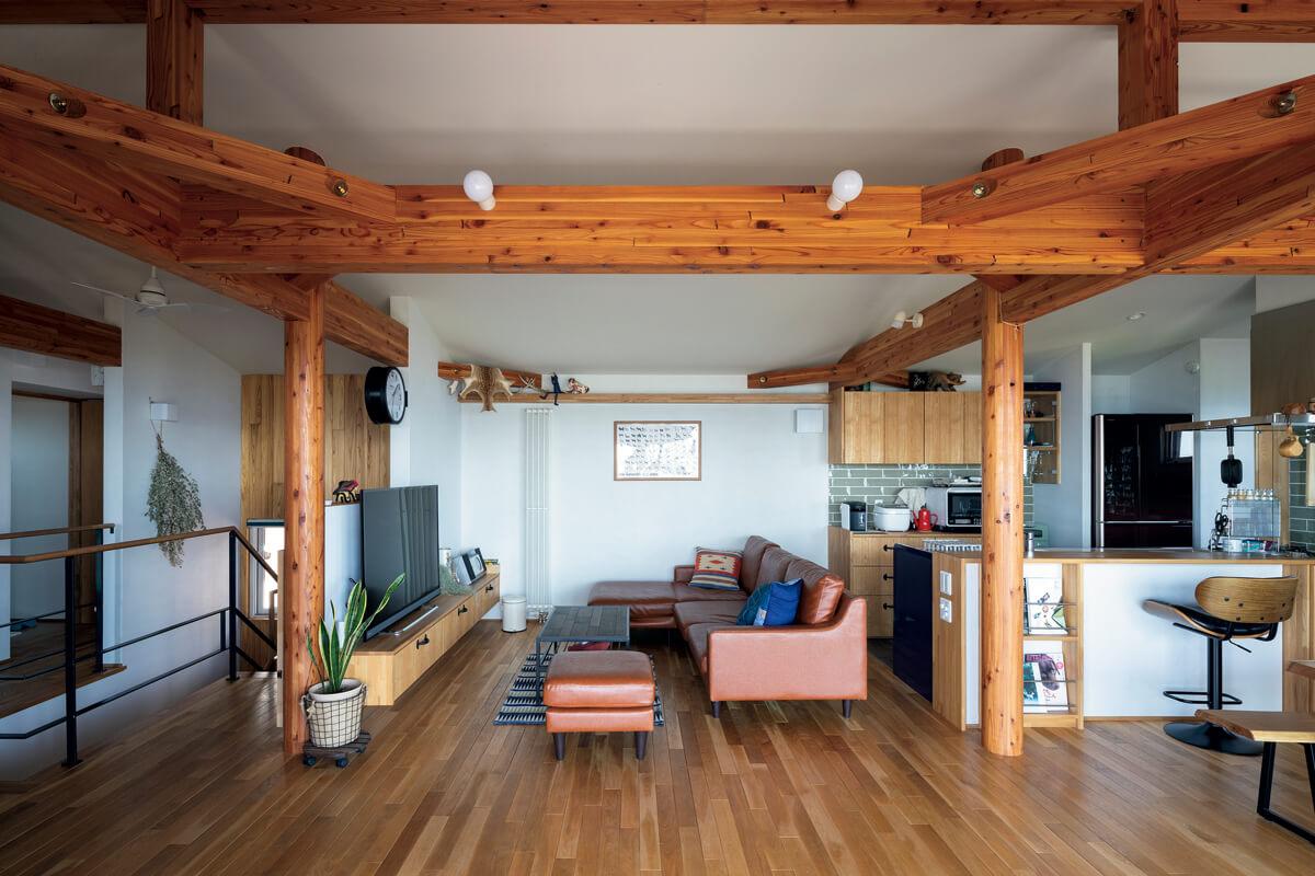 長期優良住宅とするため耐震性を強化。たくましい梁は「無骨なテイストが好き」というご夫妻の好みともマッチした