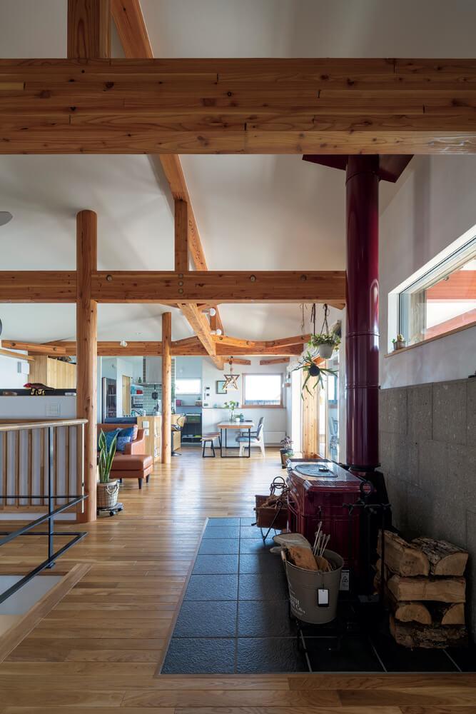 2階は壁で区切らず、天井は屋根なりで高さが平均2.7m。通常より高いこともあり、訪れる人から「広い」と驚かれるそう