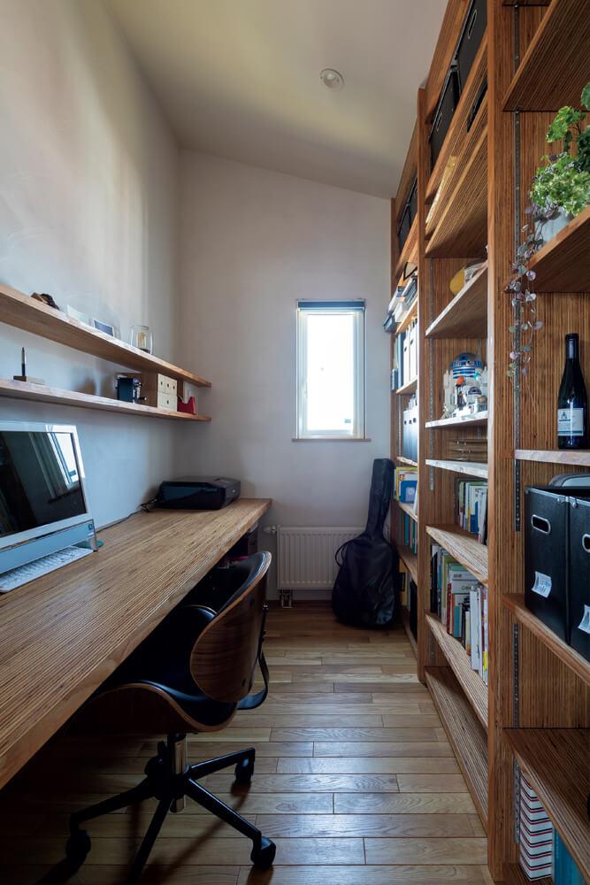 書斎のデスクと本棚は雰囲気を変えてカラマツLVLを使用。デスク前のニッチにはテープライトを付け手元を明るく