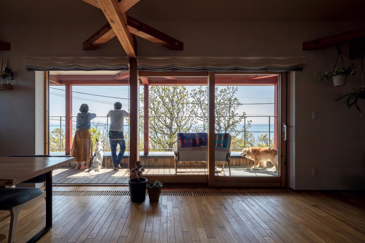 メリット・デメリットを聞いて決断した2階リビングの家。バルコニーの柵には眺めを邪魔しない形のものを採用した
