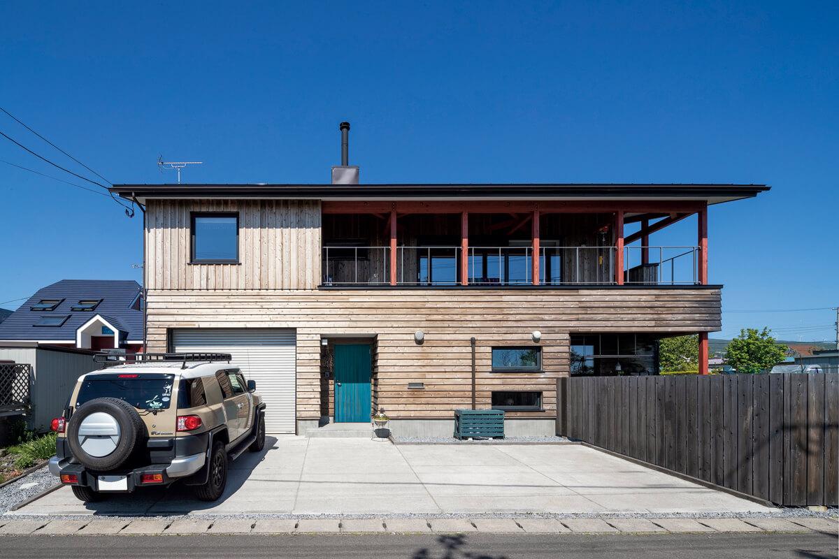 ドアとストーブの色から、家全体のテーマカラーを赤と青に。室外機は、Yさんが不要になったすのこを使って覆い、青くペイントした