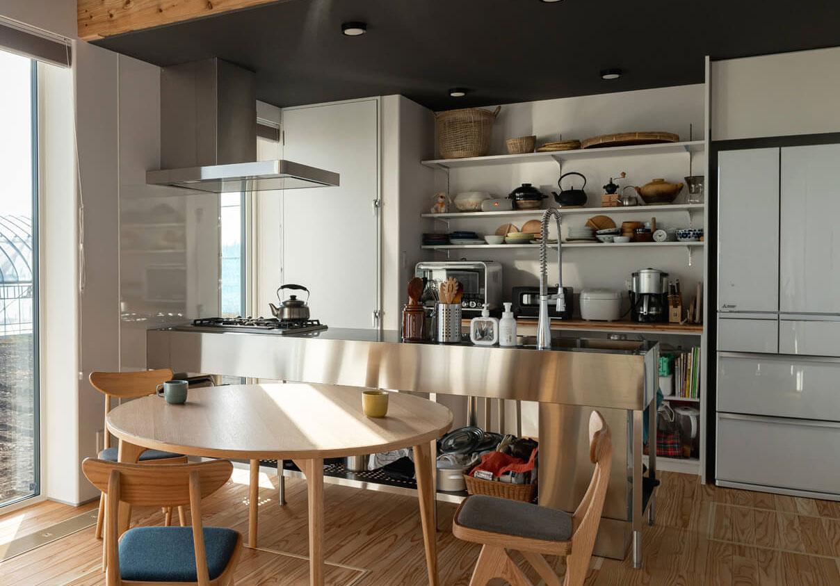 使うものがすべて見えて把握しやすい「見える収納」のキッチン。一つ一つ吟味されたアイテムが、シンプルなキッチンに映えてインテリアとしての個性にもなっている