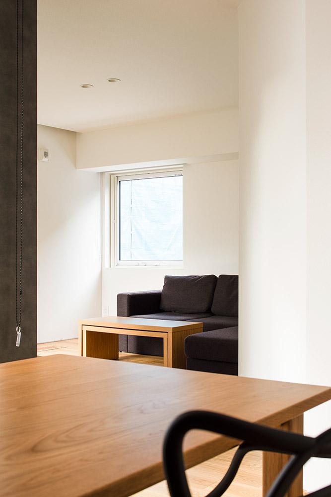 ダイニング・キッチンとリビングの間に斜め壁を採用することで、間仕切りを用いずにそれぞれの空間に独立性を持たせながら、奥行き感も演出