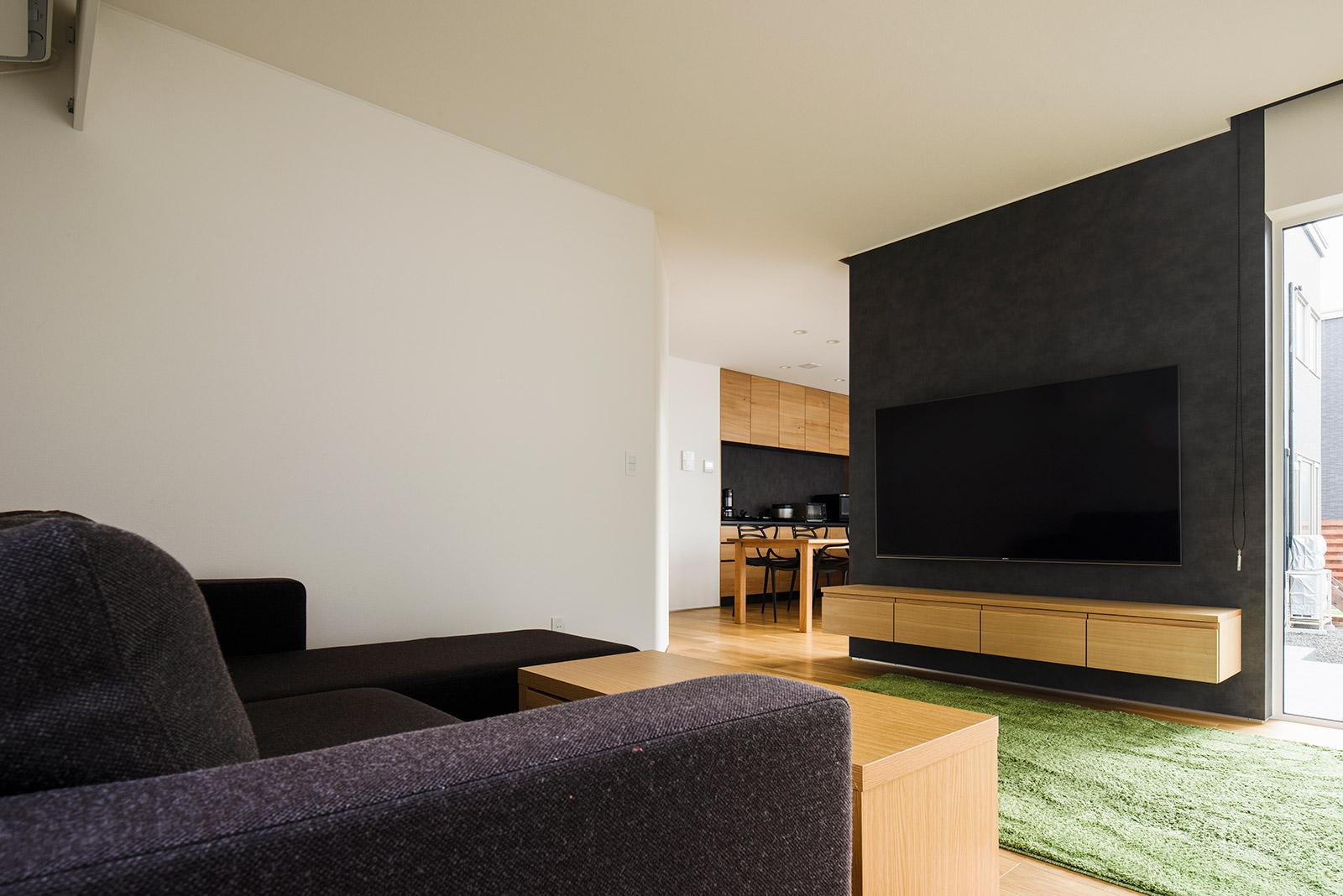 落ち着いた雰囲気のリビング。アクセントウォールと造作テレビ収納がくつろぎ空間をスタイリッシュに演出する