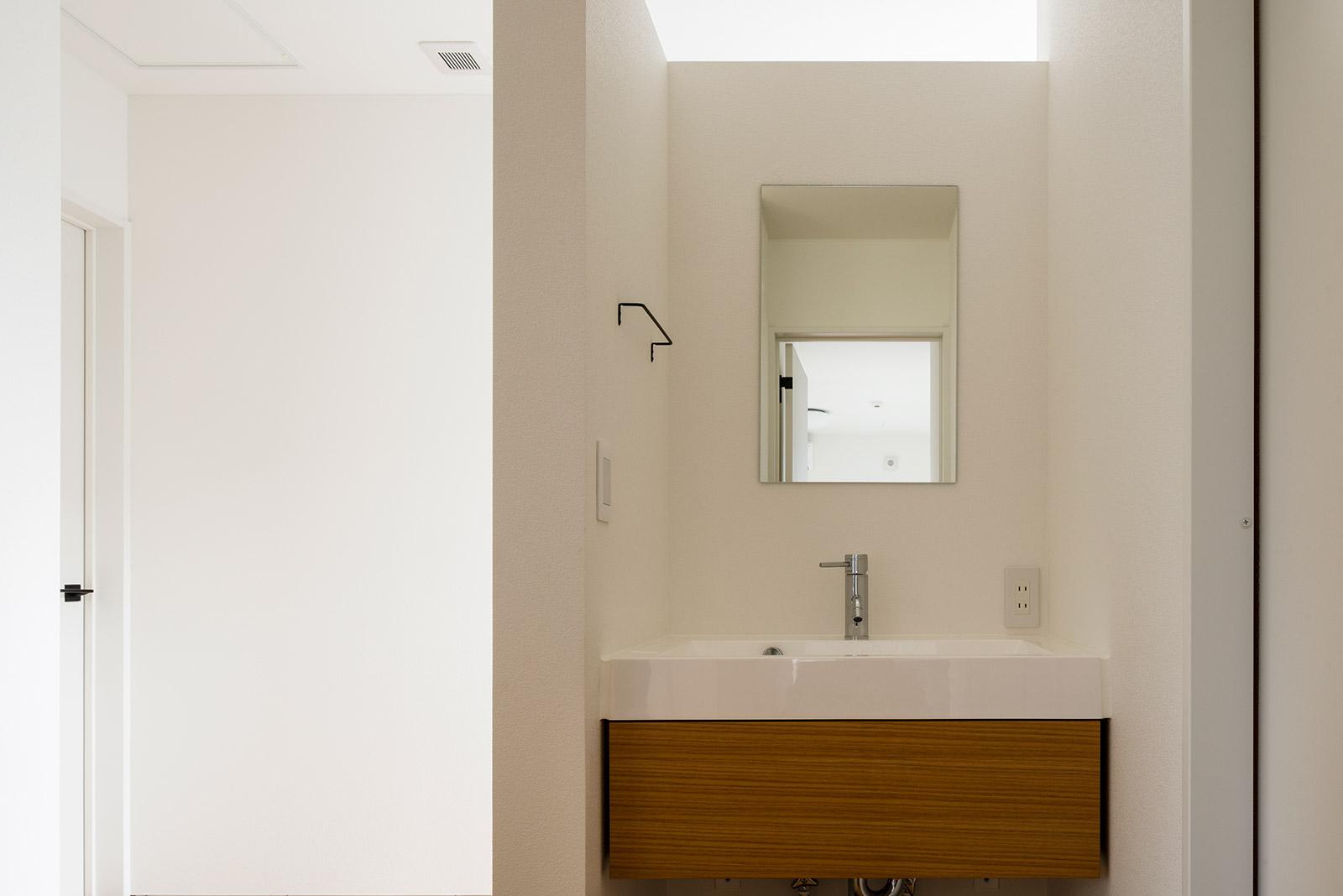 白を基調にシンプルに仕上げた2階の洗面スペース