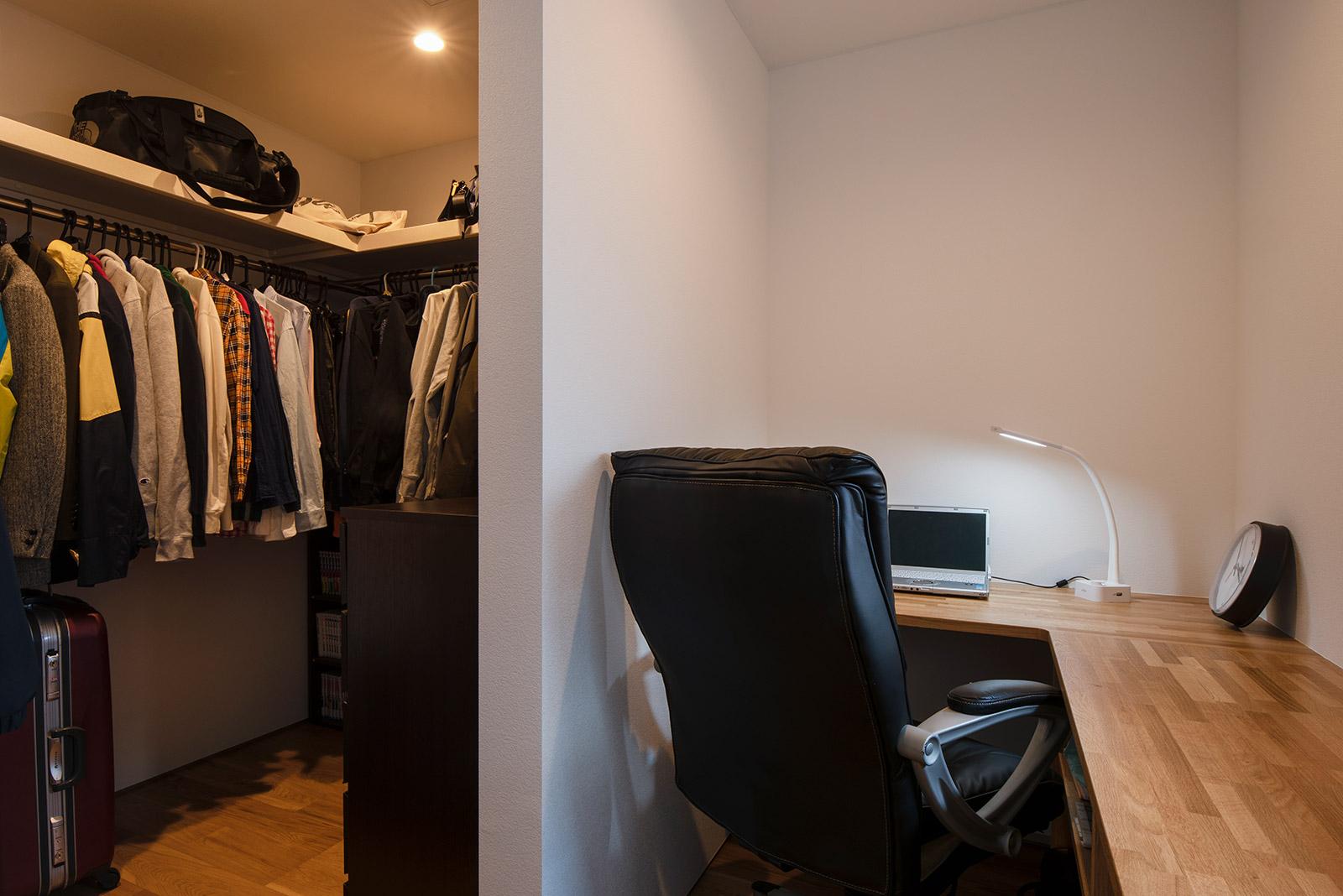 Hさんのクローゼットは書斎も兼ね、造作カウンターが設えられている
