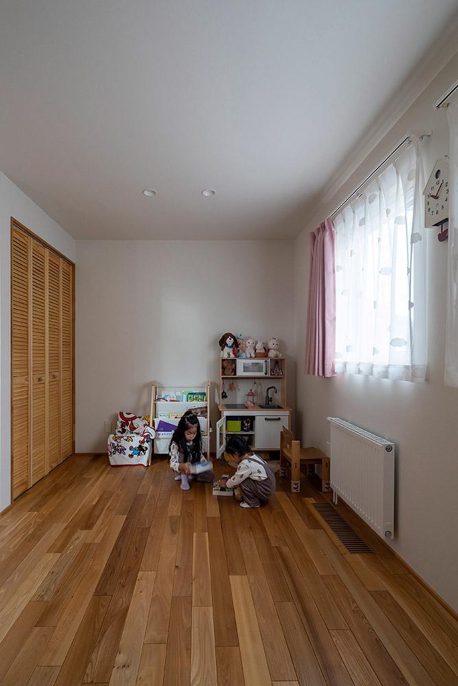 後から仕切れるようになっている1階の子ども部屋。あえて建具を設けず開放的な部屋とした