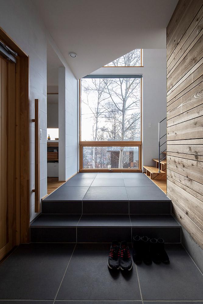上下階につながる大きな開口と吹き抜けからの光が気持ちいい玄関ホール