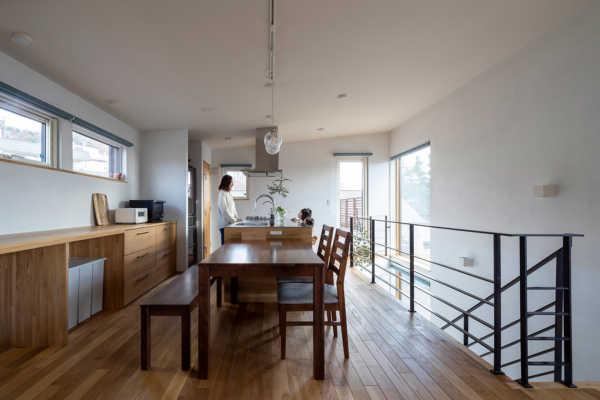 ルーフバルコニーのある三方角地に建つ豊かな自然を満喫する家