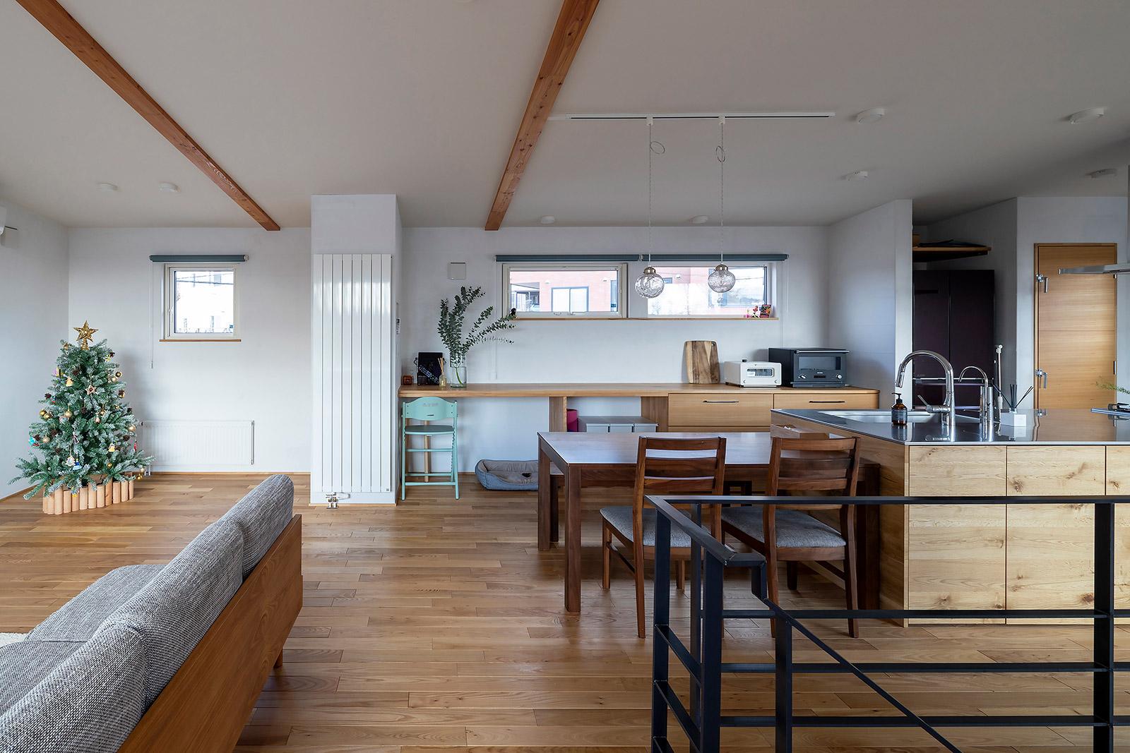 家族が一番長く過ごす2階LDK。キッチンに立つ奥さんと会話ができるリビングとの距離感も嬉しい。無垢床や珪藻土の塗り壁など、自然素材がもたらす快適さも満喫