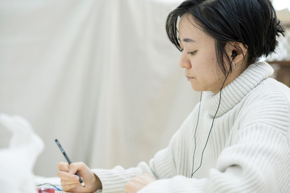 お気に入りの音楽を聴きながら作業に没頭する住田さん