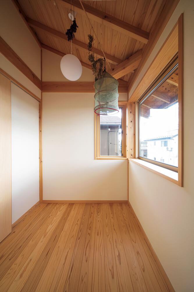 陽射しあふれる2階のサンルーム。隣には洗面脱衣室があり、短い動線で洗濯物を干すことができる