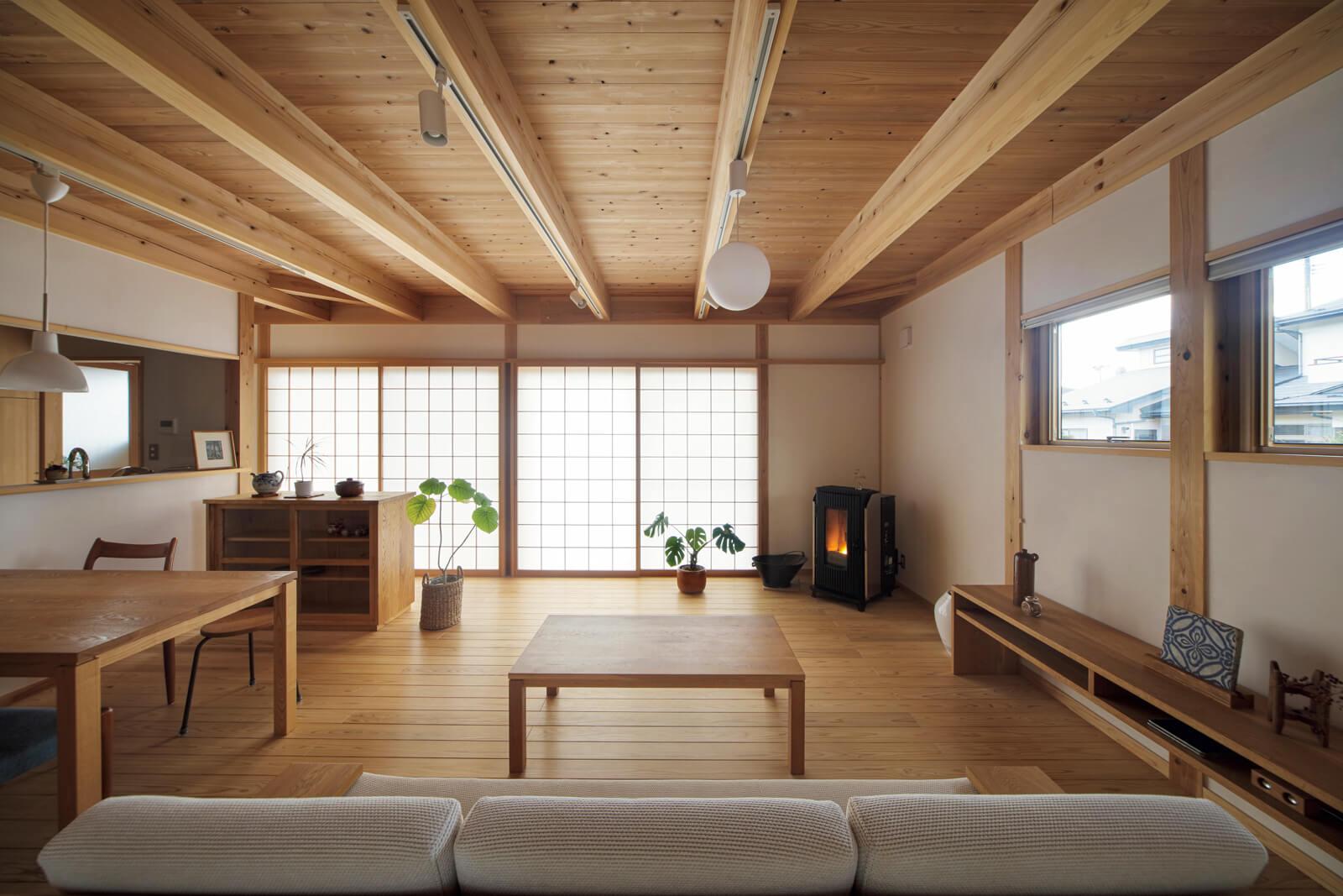 1階LDK。床はスギ無垢、壁は漆喰塗り、天井はスギ板張り。自然素材にこだわり抜いた空間が広がる