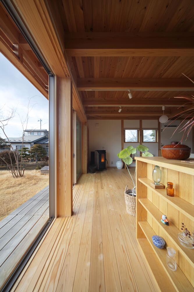 天井まで届く大きな窓が開放感を際立たせる。濡れ縁の上に張り出した軒も日射を調節してくれる