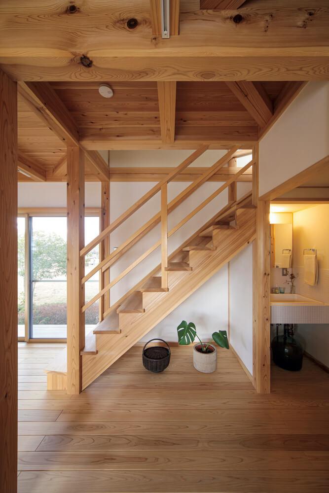 7寸角の大黒柱には自社の森で育った樹齢80年以上のスギを使用。階段の造形も美しい