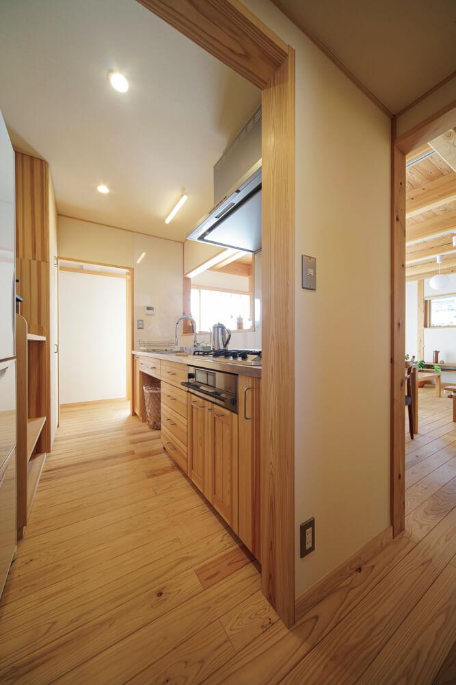 キッチンを中心とした行き止まりのない動線が、家事負担のストレスを軽減してくれる