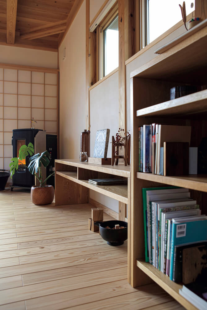 暖房にはペレットストーブを採用。揺れる炎のある暮らしが心までも温めてくれる。家具は、空間にしっくりと溶け込むよう、地元の家具職人にオーダーしてつくってもらった