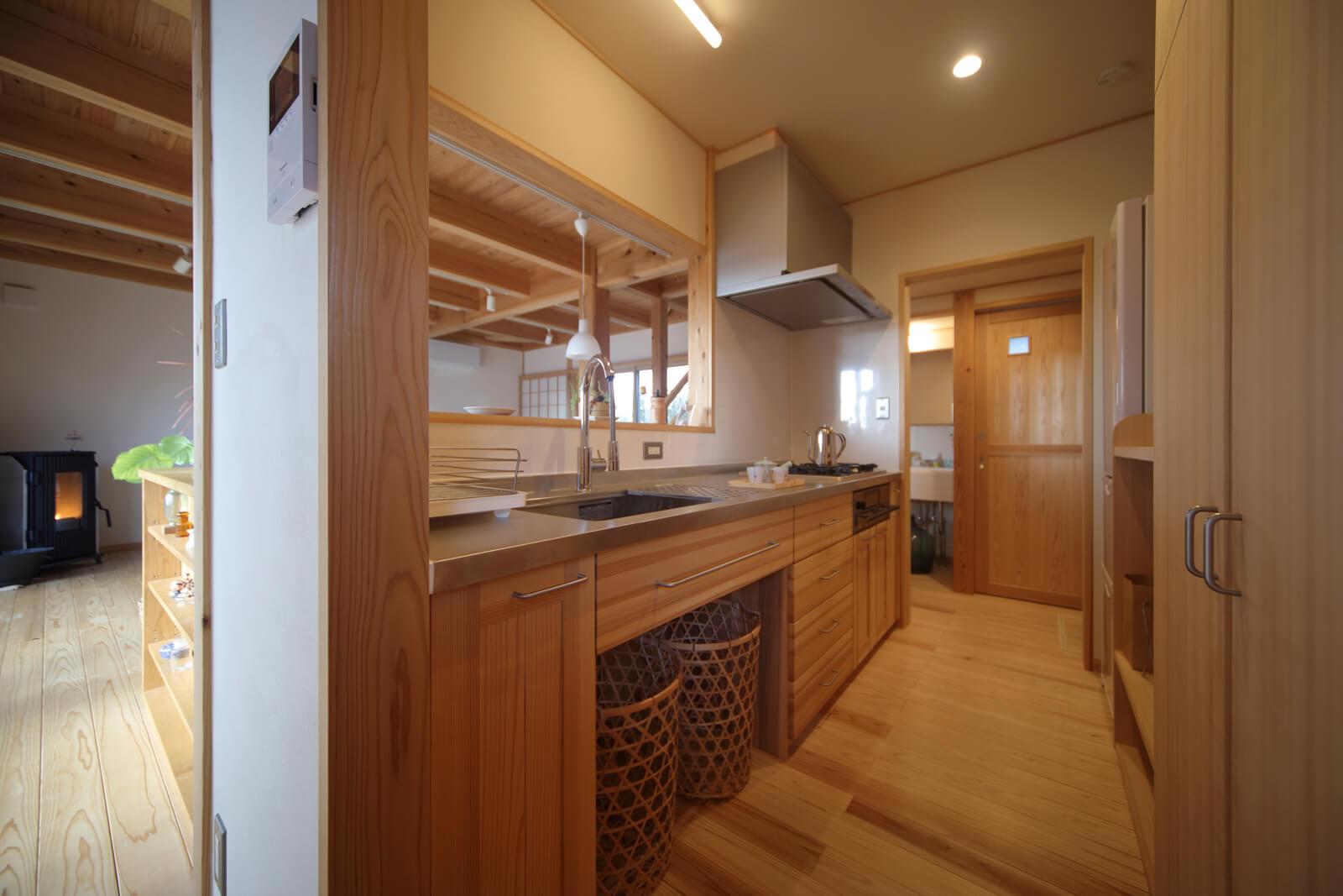 室内に合わせた木製のオーダーキッチン。システムキッチンにはない温もりや風合い、上質感が魅力