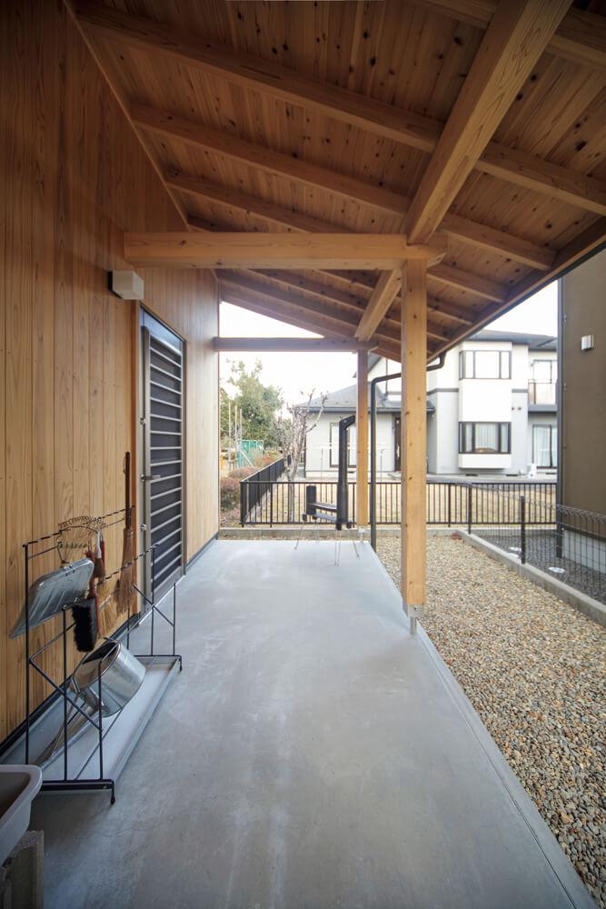 屋根のかかった外土間はアウトドアアイテムや自転車、土の付いた野菜などの置き場に重宝。内土間と直結しており、使い勝手も良い
