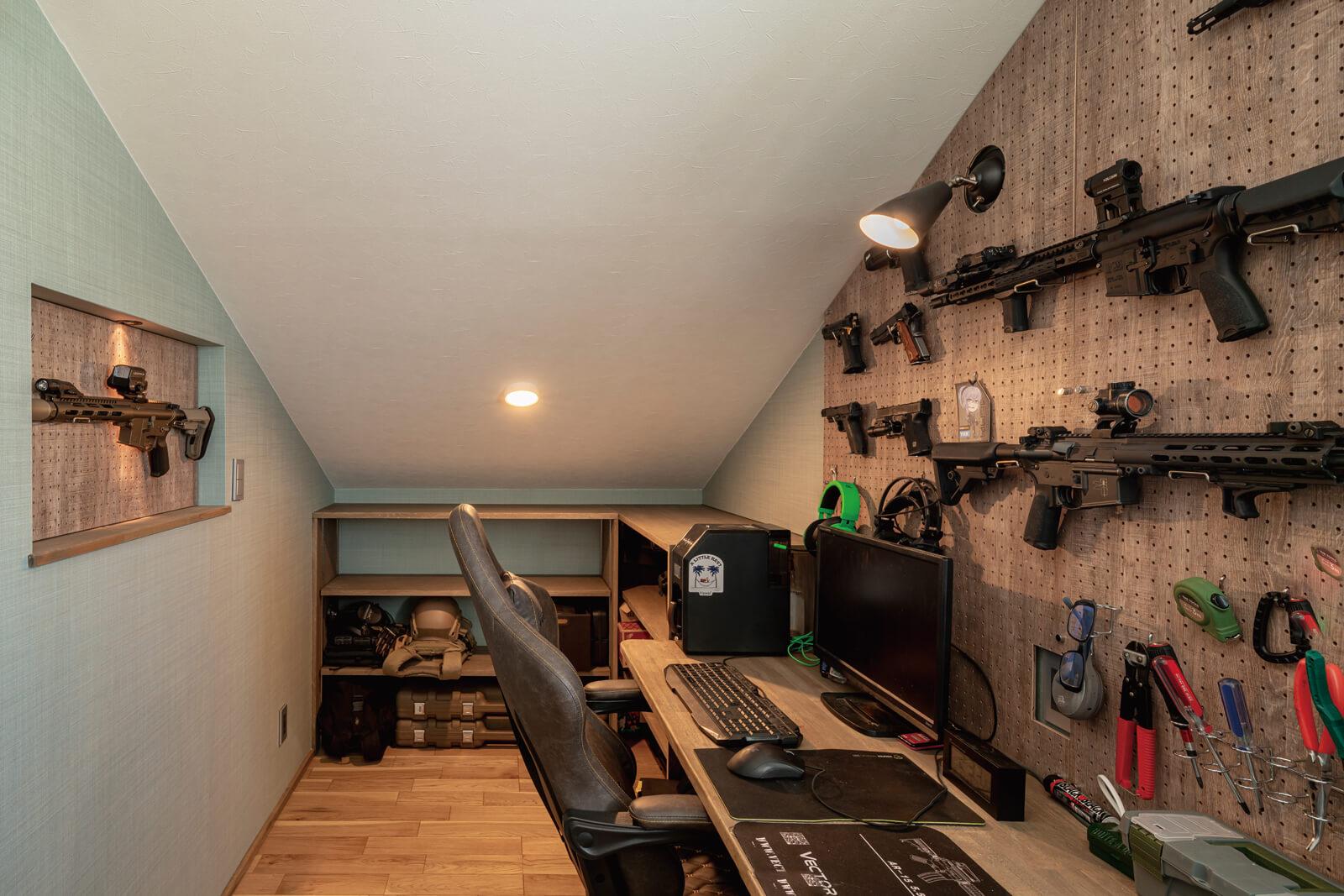 隠れ家のような2階の書斎は、Mさんの趣味の空間。カウンターの横には棚も設けられている