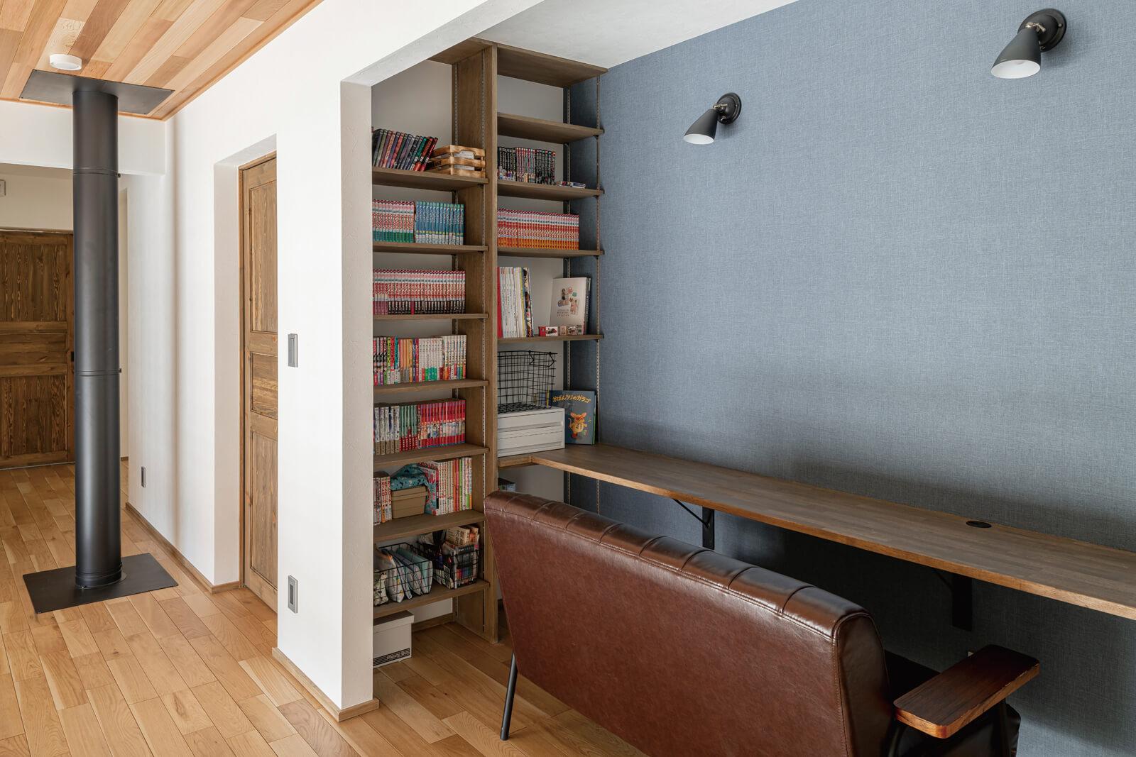 吹き抜けに面する2階廊下の一角には、アクセントウォールと造作のカウンター、書棚を設けた家族共用の読書コーナーもある