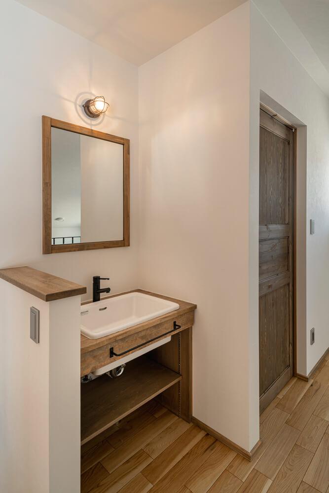 2階の階段ホールにもトイレと造作の手洗いを設置