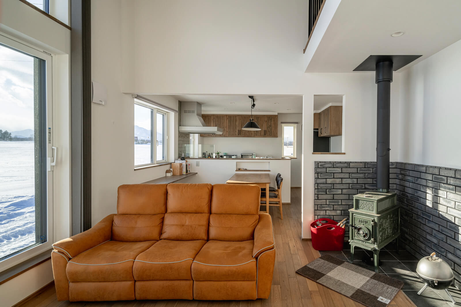 Mさん宅の主暖房は、リビングに設置した薪ストーブ。寒冷地用エアコンも併設しているので、春や秋などはエアコン暖房で室温調整ができる