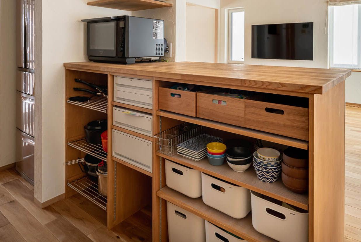 調理器具は色も形も素材もさまざま。食器も調理器具も、使用目的や形状が似たものをまとめると使いやすく、見た目もスッキリ