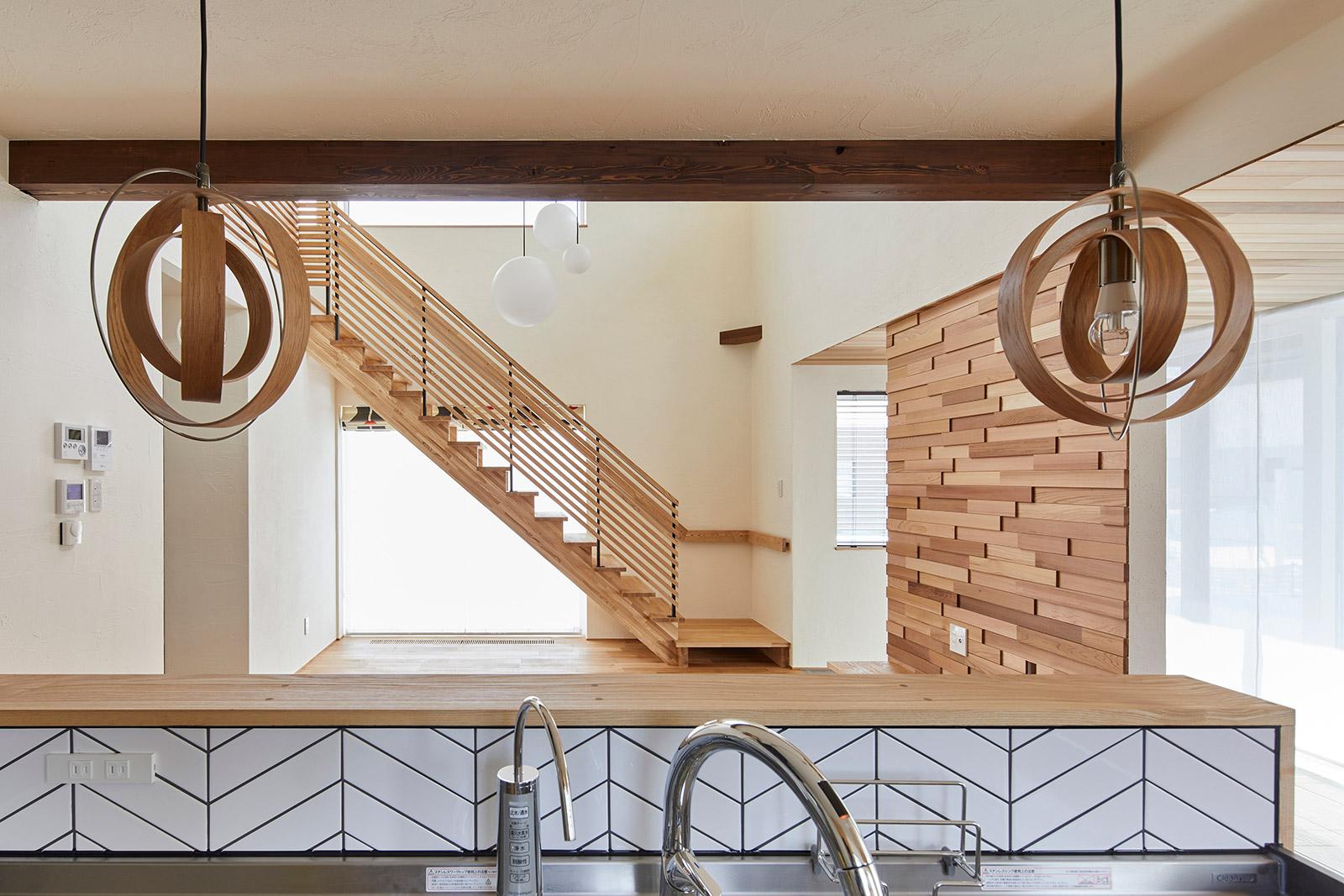 長い冬の暮らしも明るい気分で過ごせるよう、木質感あふれる空間を北欧デザインのインテリアで整えた