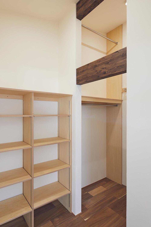 2階には天井高を存分に生かした大容量のウォークインクローゼットもある。上下2段式のハンガーパイプで、衣替えも簡単にできる