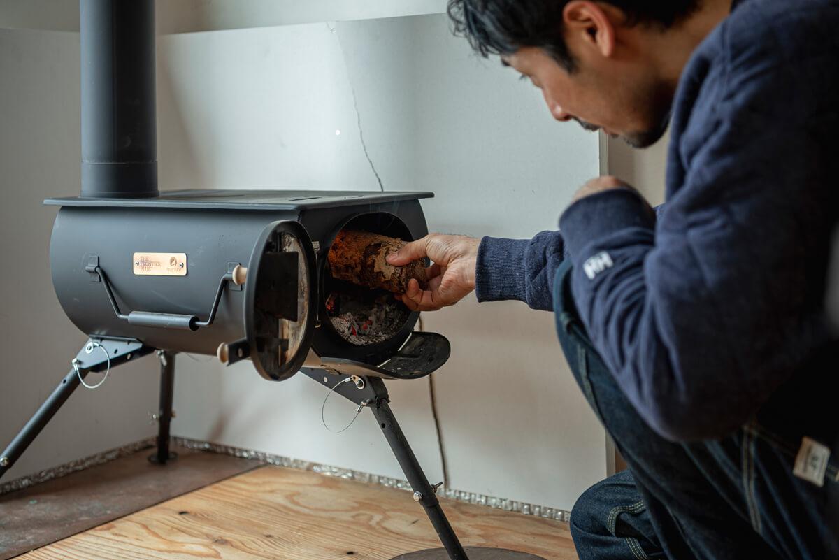 薪ストーブは、寒い冬でも小屋での時間を安心してゆったりと楽しむために欠かせない