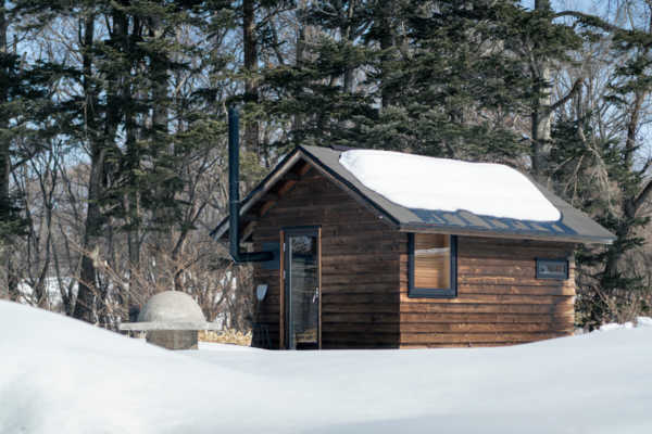 豊かな時間を、ひとり静かに味わう。薪ストーブのある小屋の魅力