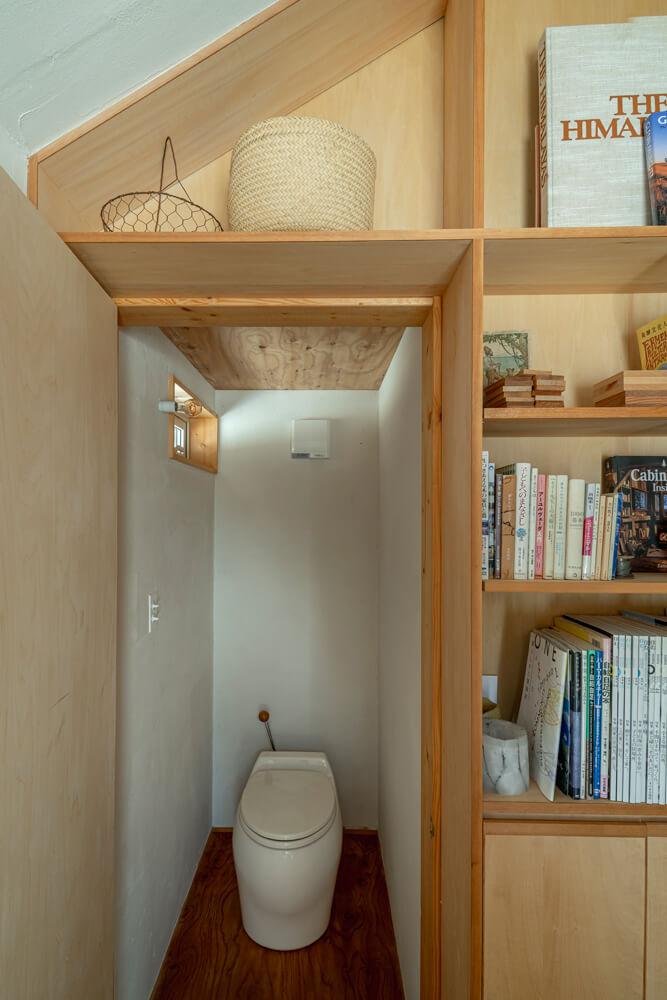 小屋で快適に過ごすために必須だったトイレは、小窓も換気扇も付けて、気持ちよく使える空間に