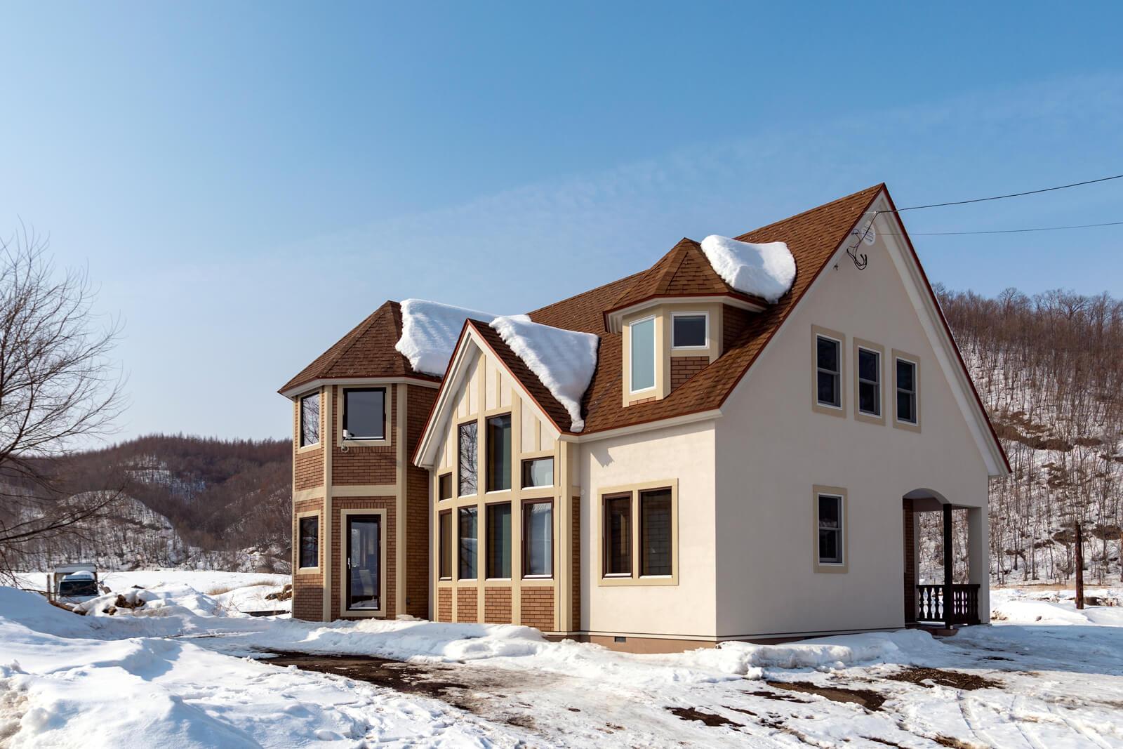 三角屋根と尖塔が印象的な外観。大小の窓の数々が室内に明るい陽光を運ぶ