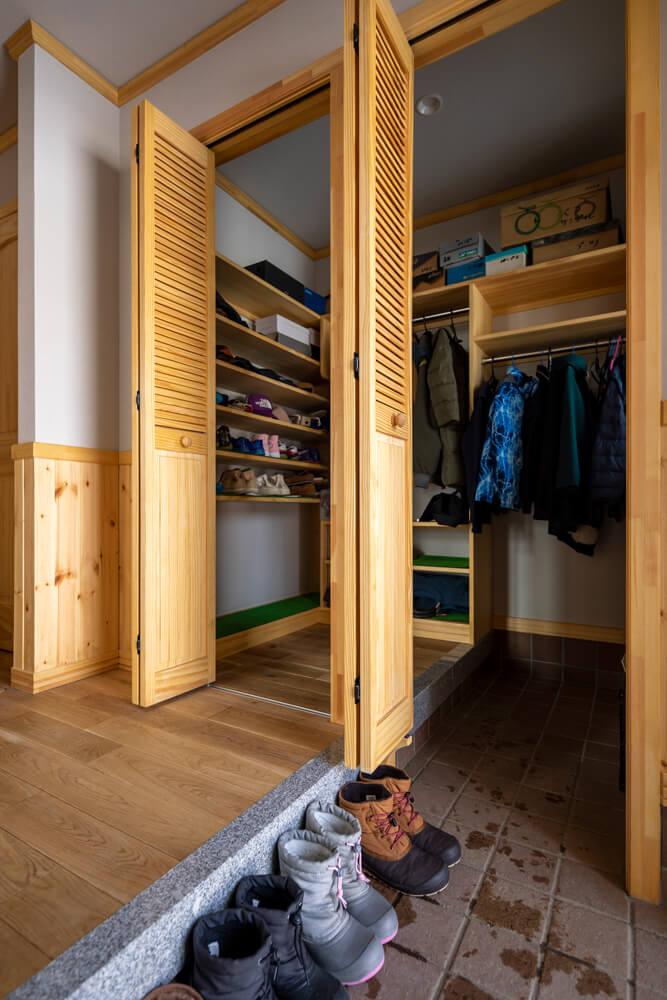 家族5人の靴やコート、かばんなどが余裕で収納できる広いシューズクローク