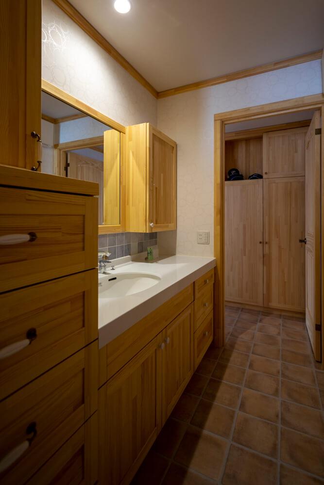 玄関ホールからすぐつながる洗面スペース