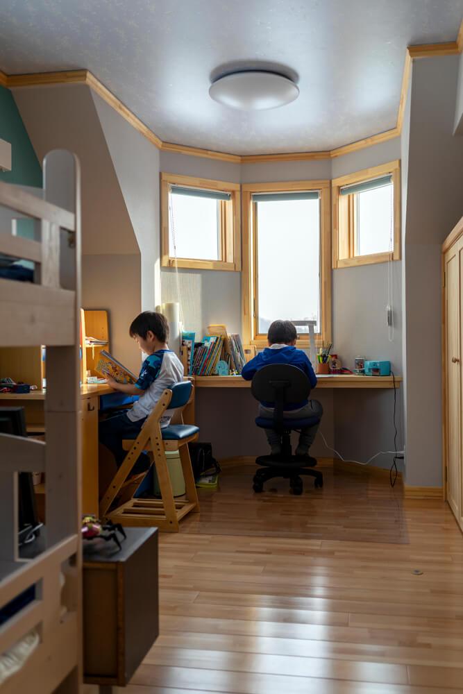 将来仕切って使えるようになっている子ども部屋。勉強机は複雑な角度の壁に合わせて造作した