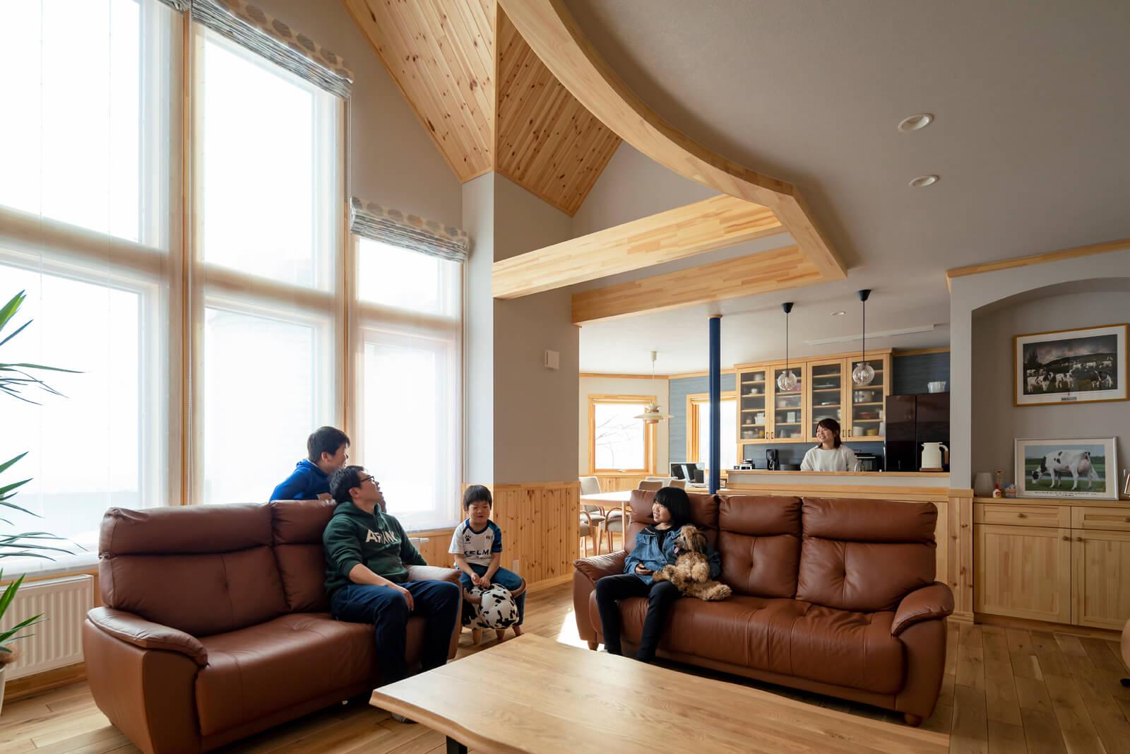 家族が集うLDK。室内を明るく照らす大開口は、トリプルガラスの木製サッシを採用。窓が多くても室内は暖かい