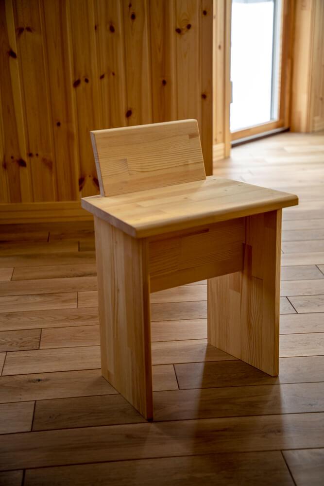 とかち工房の職人さんにプレゼントしてもらったこの椅子は、端材でつくったもの。ちょっとしたスツールとして、またキッチンの踏み台として活躍中